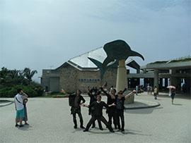 美ら海水族館前のホスト